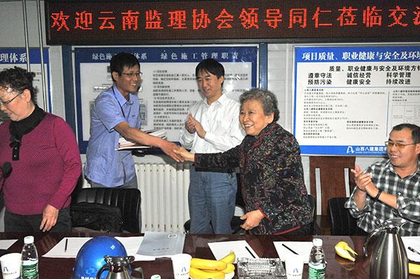 2-唐桂莲会长亲自给项目部赠送协会纪念20周年书籍.JPG