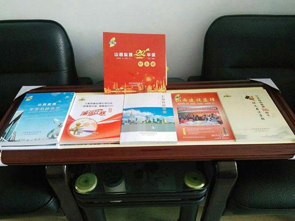 6.-协会向项目监理部赠送纪念协会成立20周年等书籍.jpg